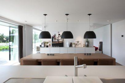 zicht vanuit keuken op eetplaats en doorgang zithoek