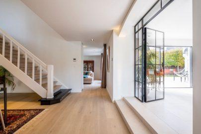 doorgang keuken, zithoek, trap naar verdieping